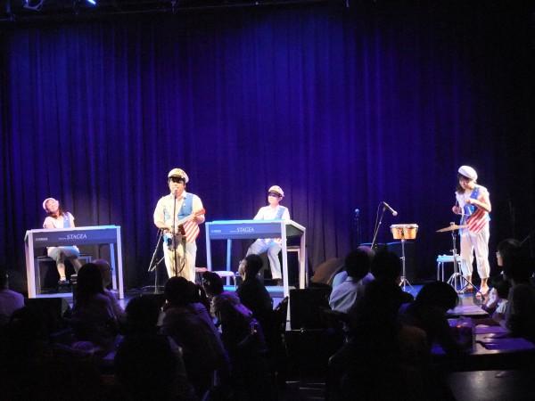 バンド、衣装、ギター、ボーカル